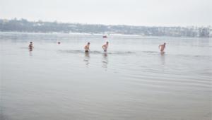 Запорожцы не боятся крещенских морозов и окунаются в Днепр
