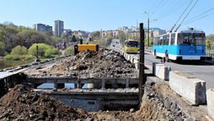 Пройшов місяць ремонту Київського мосту. Що встигли зробити?