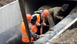 Продолжается ремонт коллектора на одном из самых сложных участков в городе
