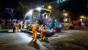 В Запорожье ремонт дорог проводят даже ночью